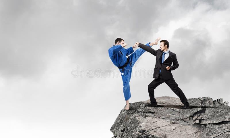 Karatemens in blauwe kimino stock fotografie