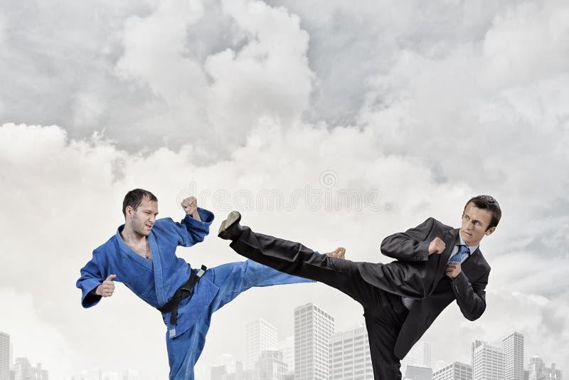 Karatemens in blauwe kimino stock afbeeldingen