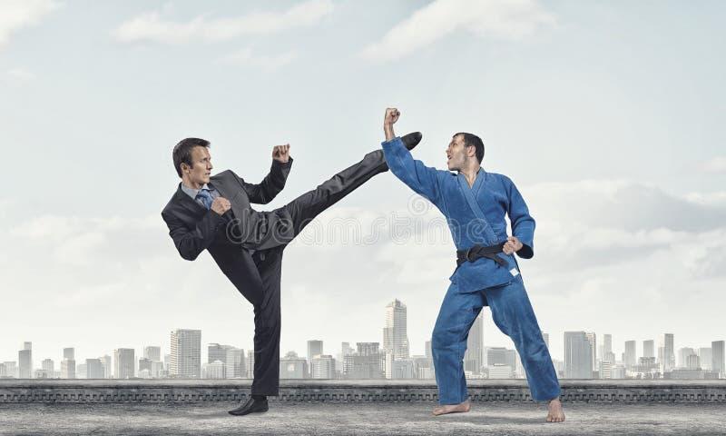 Karatemens in blauwe kimino stock afbeelding