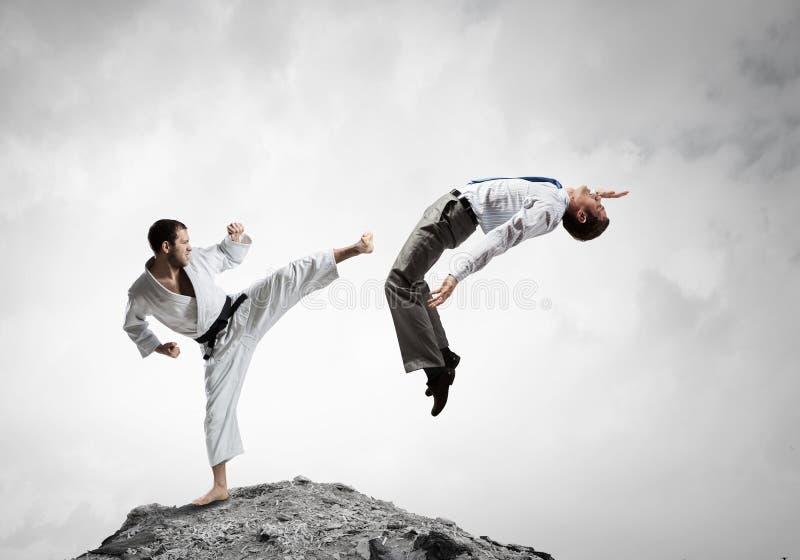 Karatemens in witte kimino stock afbeelding