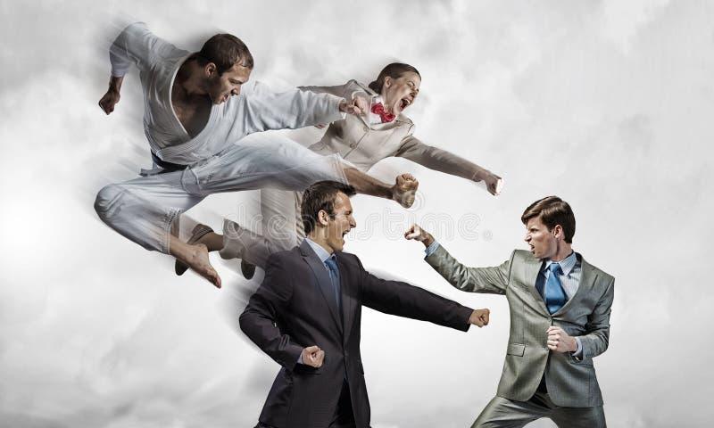 Karatemens in witte kimino stock afbeeldingen