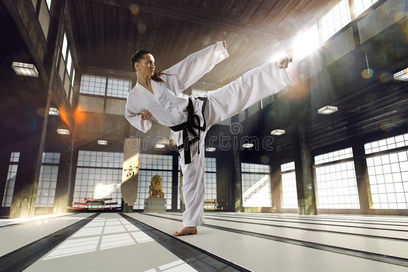 Karatevrouw in actie stock foto's