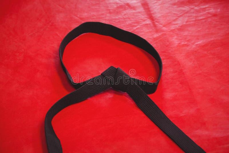 Karatezwart band op rode achtergrond royalty-vrije stock foto