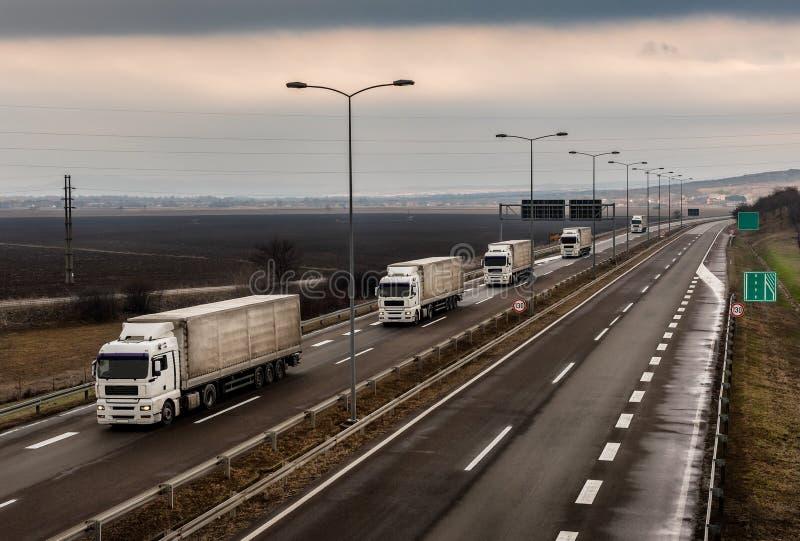Karawana lub konwój ciężarówki na weet kraju autostradzie zdjęcie royalty free