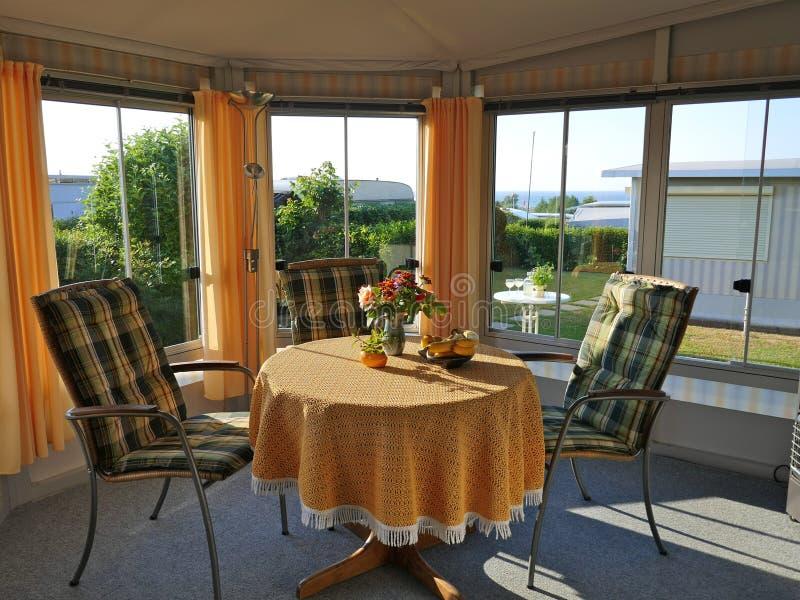 Karawana z niezmiennym ganeczkiem, robić markizy tkanina, szklani ślizgowi okno i story, na Niemieckim campsite obrazy royalty free