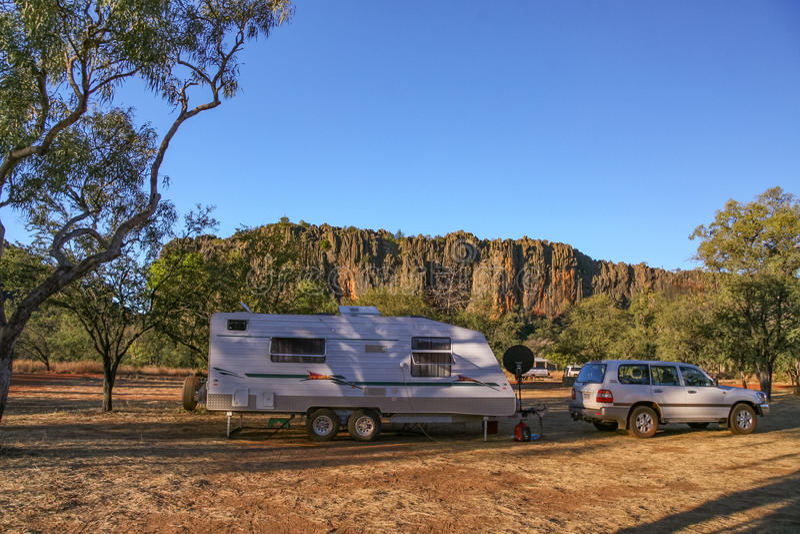 Karawany i cztery kół przejażdżki pojazd przy obozuje terenem przy Windjana zdjęcie stock