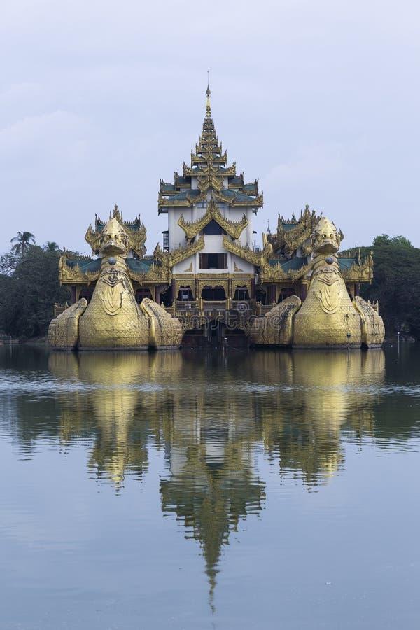 Karaweik宫殿或皇家驳船复制品的垂直的照片 库存照片