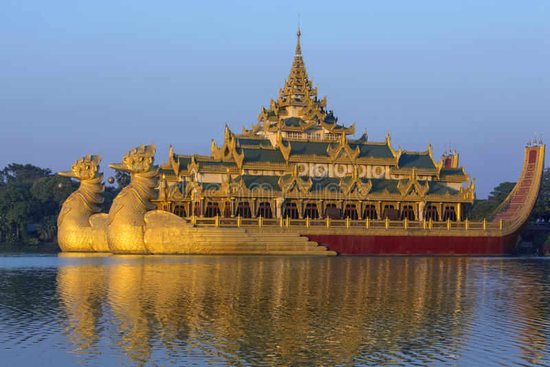 Озеро Kandawgyi - Karaweik - Янгон - Myanmar стоковое изображение rf