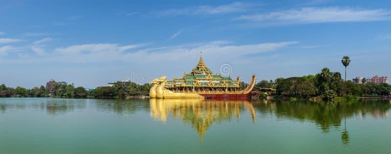 Karaweik - реплика бирманской королевской баржи, Янгона стоковые фотографии rf