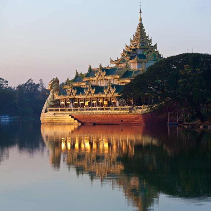 Karaweik Barge innen Yangon, Myanmar lizenzfreie stockfotos