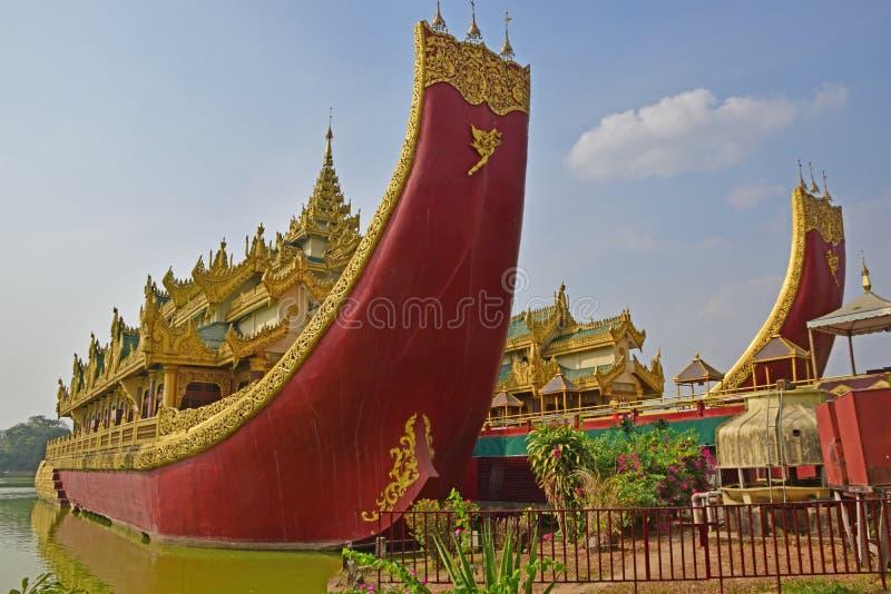 Karaweik pałac przy wschodnim brzeg Kandawgyi jezioro, Yangon, Birma fotografia royalty free