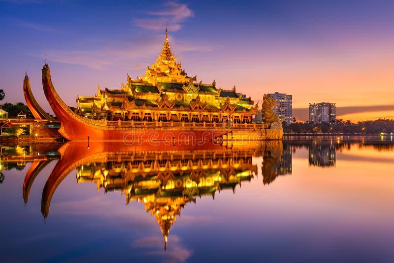 Karaweik-Palast auf Myanmar stockfoto