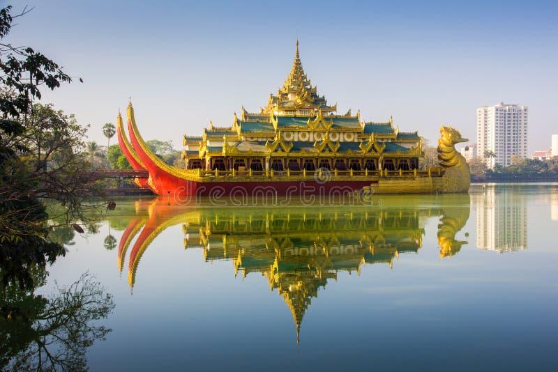 Karaweiken är en kopia av en Burmese kunglig pråm på Kandawgyi fotografering för bildbyråer