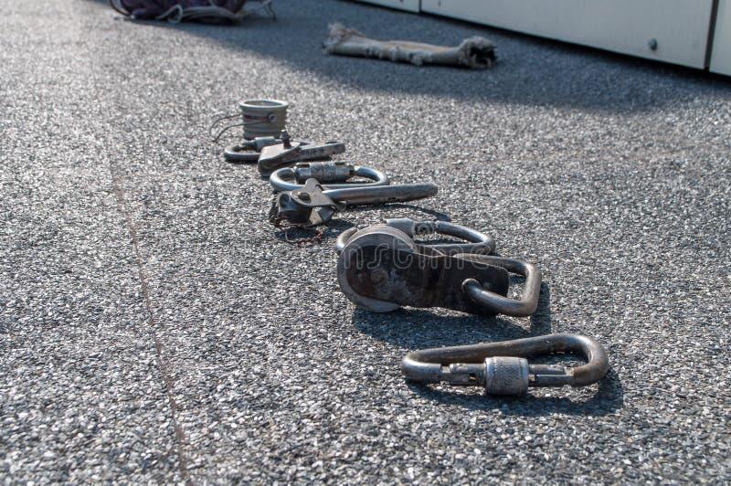 Karbiner och andra legatapparater för industriell alpinism royaltyfria foton