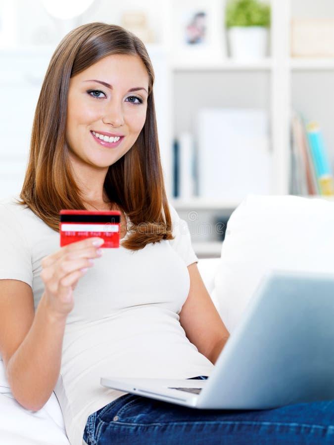 karciana kredytowa mienia laptopu kobieta zdjęcie royalty free