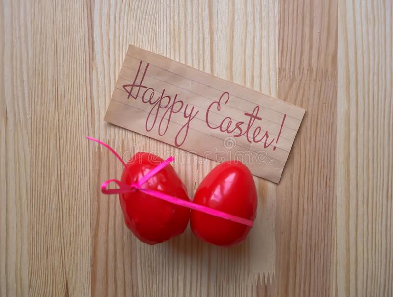 karcianego koloru Easter jajek ramowego powitania szczęśliwa roślina Czerwony łęk zawijał jajka na drewnianym tle obraz stock