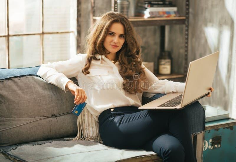karciani kredytowi laptopu kobiety potomstwa fotografia stock