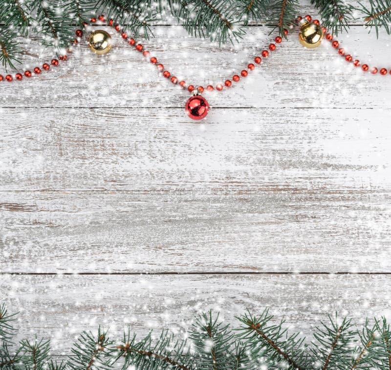 karciany ilustraci wektoru xmas Stary drewniany bożego narodzenia tło Jodeł gałąź Złociści i czerwoni baubles girlandy czerwone O obrazy royalty free