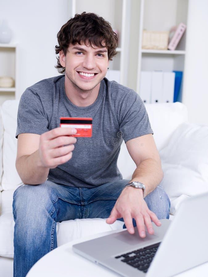 karciany kredytowy przystojny mężczyzna zdjęcie stock