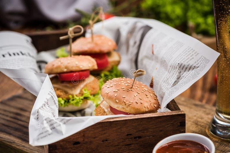 Karczemny jedzenie, bbq hamburgery i piwo, fotografia stock