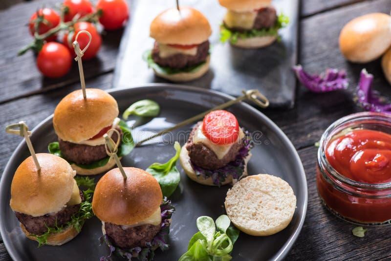 Karczemny jedzenie, mini wołowina hamburgery zdjęcia royalty free