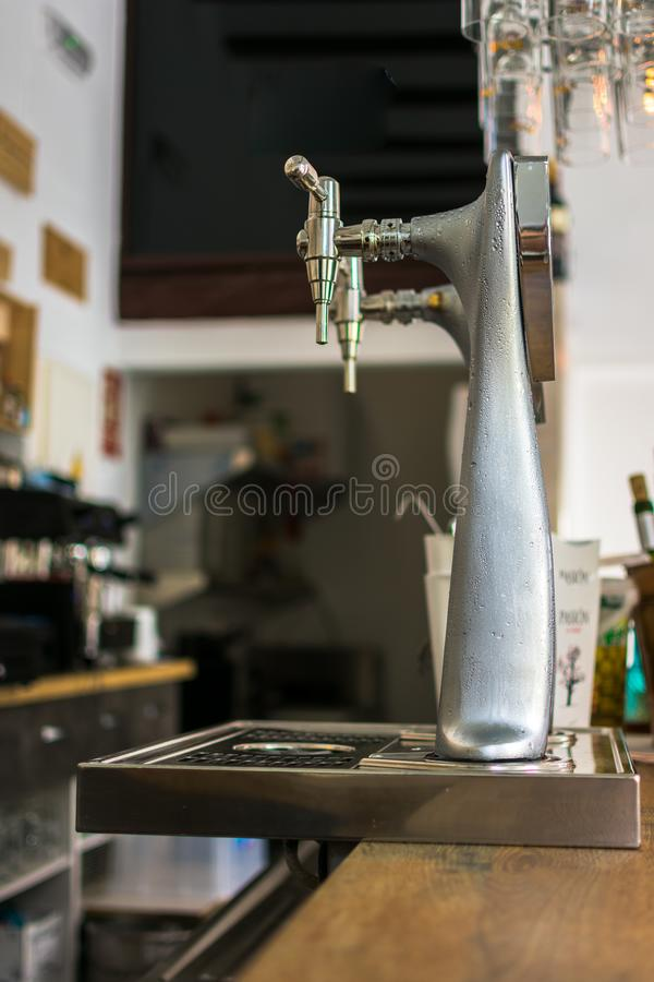 Karczemny tło z zakończeniem w górę piwa klepnięcia obrazy stock
