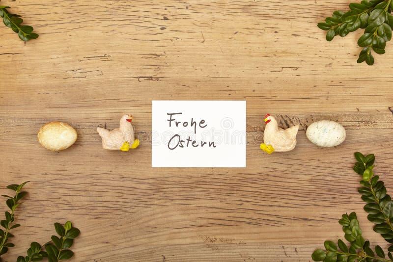 Kardieren Sie glückliche Ostern-, Ostereier und Hühnerfigürchen auf Holz lizenzfreie stockbilder