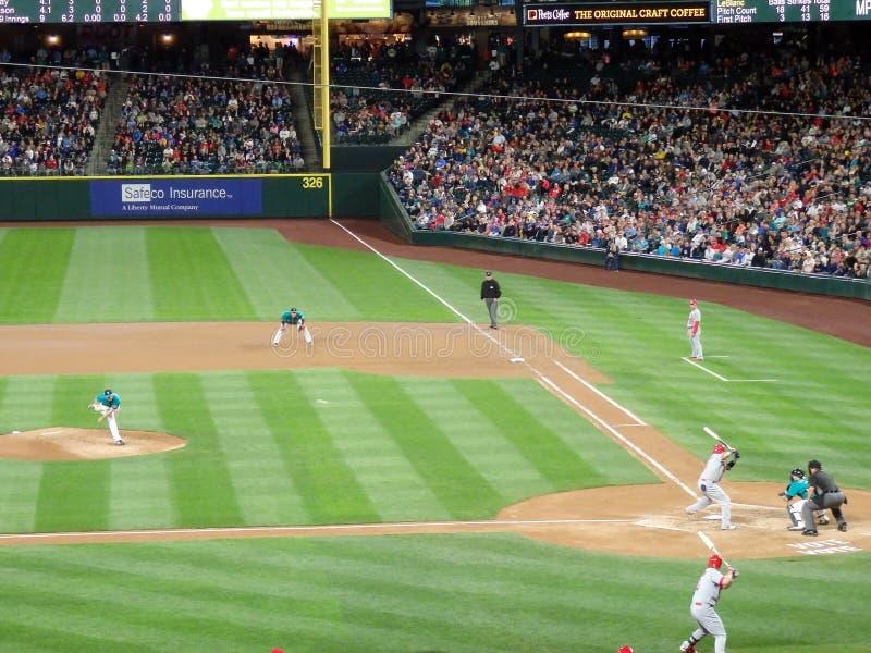 Kardinal-Spieler steht im Außenfeld mit Fans in Zuschauertribünen a stockbilder