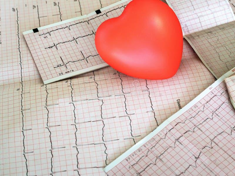 Kardiogram med liten röd hjärta på tabellbakgrunden royaltyfri bild