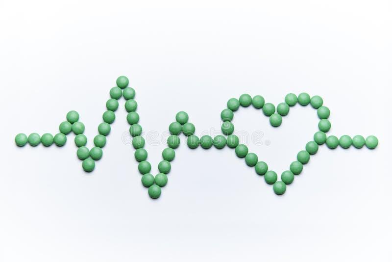 Kardiogram z sercem od zielonych pigułek zdjęcia royalty free