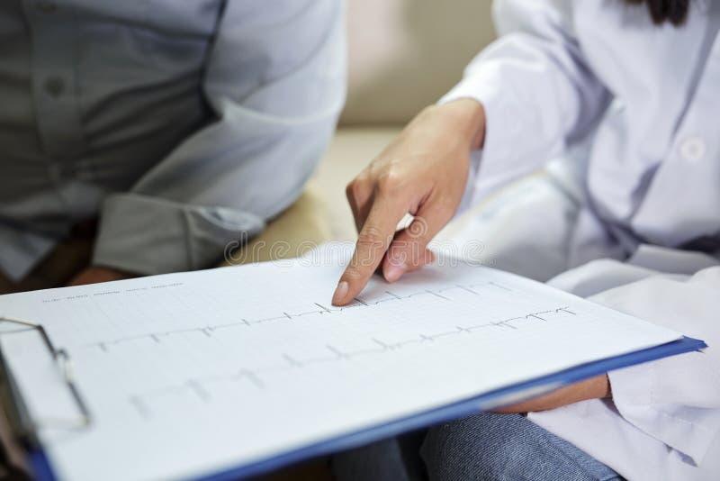 Kardiogramm des ?lteren Patienten lizenzfreies stockfoto