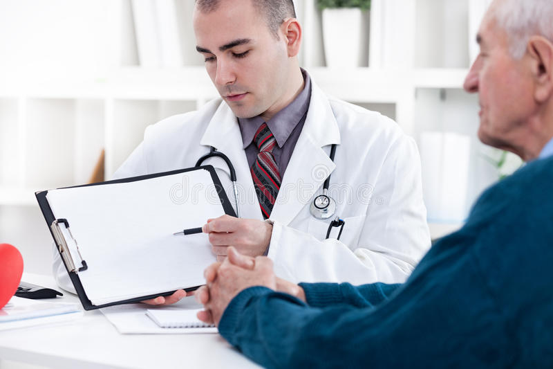 Kardiolog pokazuje EKG rezultaty obrazy royalty free