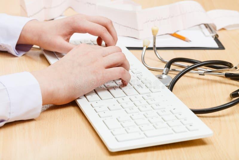 Kardiolog pracy na białej pecet klawiaturze zdjęcia royalty free