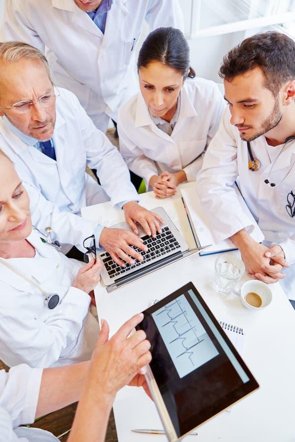 Kardiolog som ut kontrollerar ECG arkivbilder