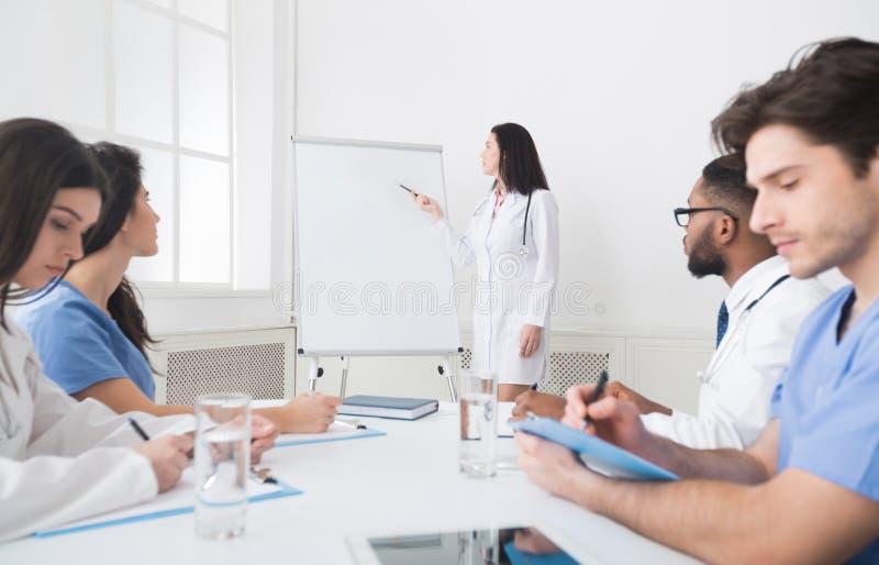 Kardiologe erzählen Praktikanten mit Whiteboard Theorie lizenzfreie stockfotos