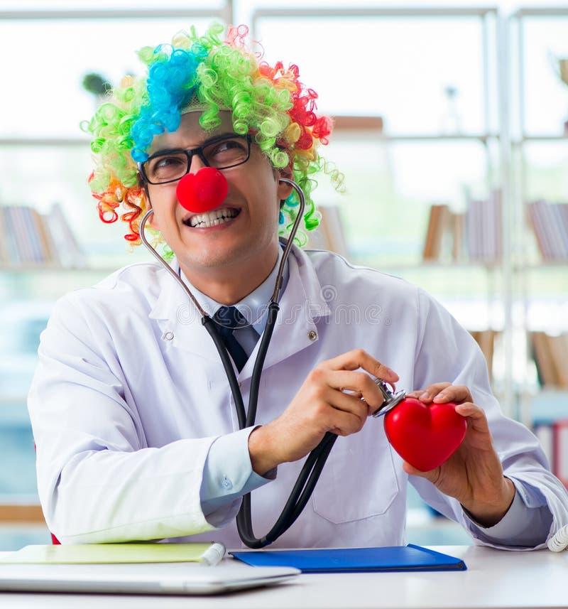 Kardiologe für Kinder mit Stethoskop und rotem Herz stockbild