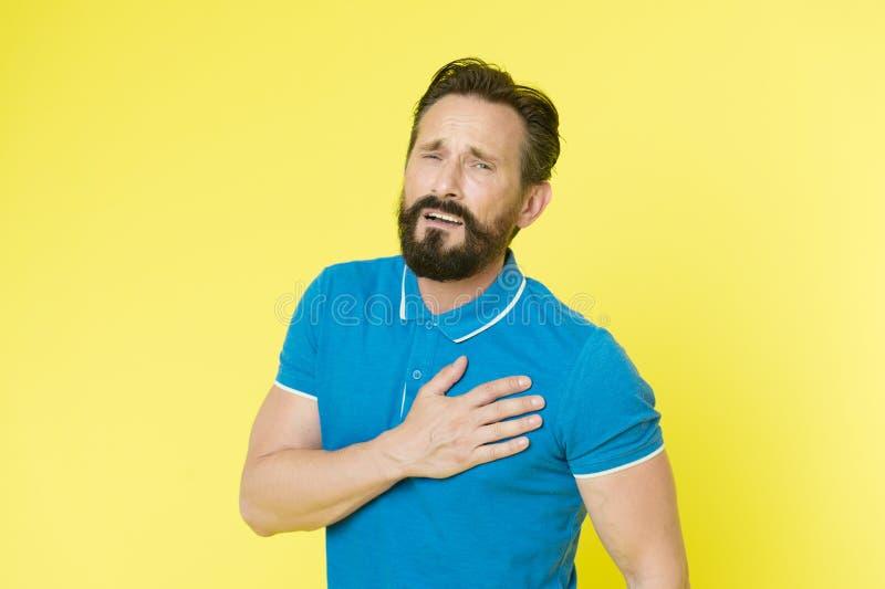 Kardiologisjukdom Framsidan för den mogna idrottsmannen för mannen känner den smärtsamma dåligt problem för hjärtahastighet Probl royaltyfria bilder