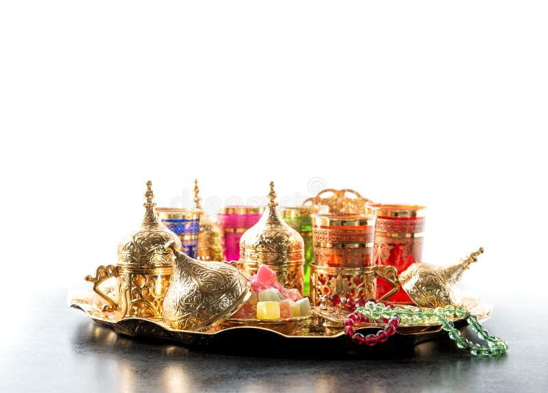 Kareem árabe del Ramadán de las tazas de oro de la mesa de centro del té