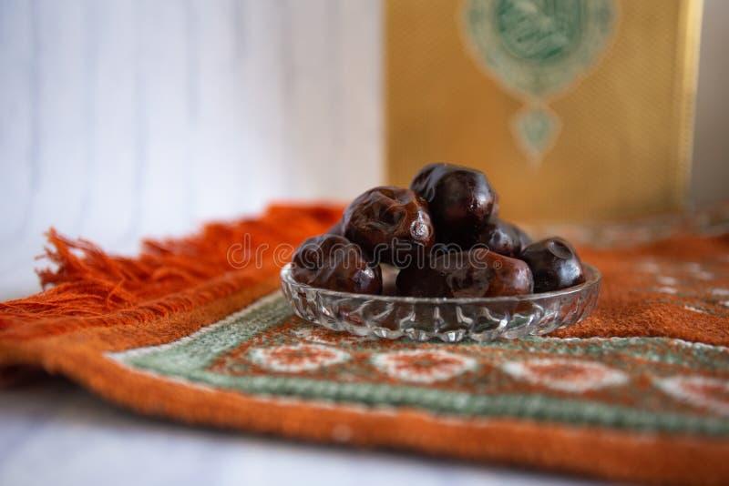 Kareem Рамазан ужина еды Fthar, концепция: Дата исламский голодать, дата плода помещенная на белом розарие предпосылки стоковое изображение rf