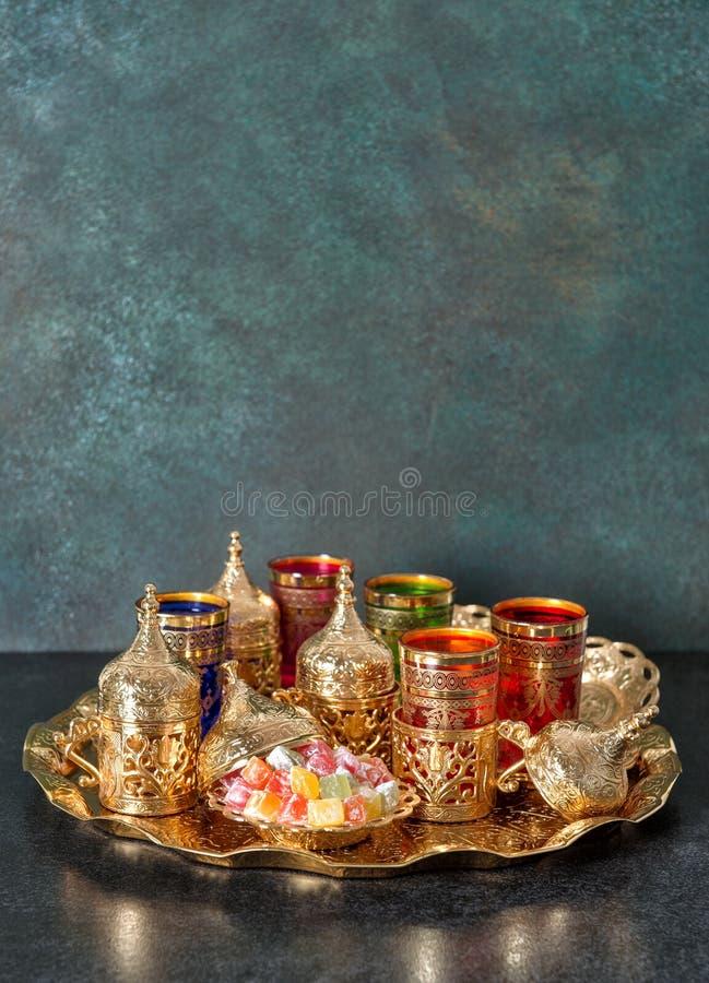 Kareem de oro del Ramadán de los platos de la mesa de centro árabe del té