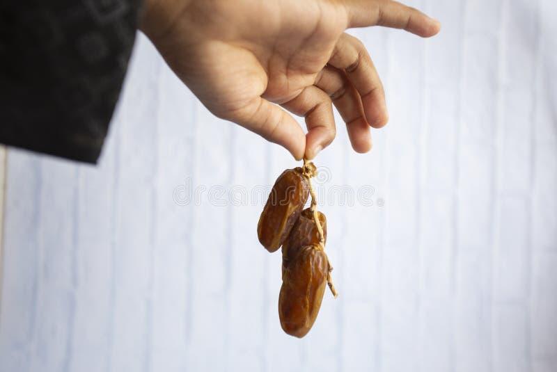 Kareem del Ramadán de la cena de la comida de Ifthar, concepto: Fecha del ayuno islámico, fecha de la fruta puesta en un rosario  imagen de archivo libre de regalías