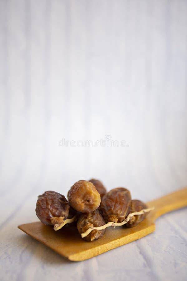 Kareem del Ramadán de la cena de la comida de Ifthar, concepto: Fecha del ayuno islámico, fecha de la fruta puesta en un rosario  fotos de archivo libres de regalías