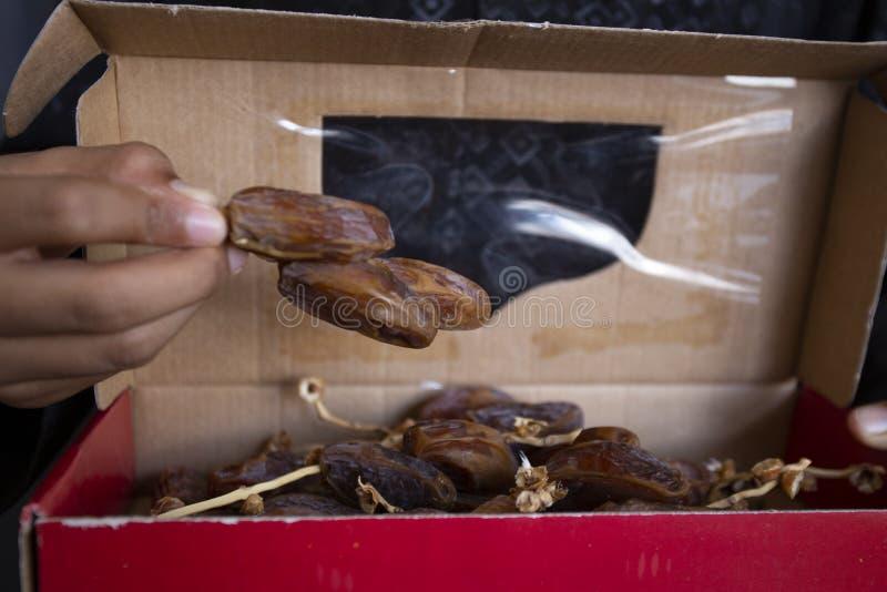 Kareem del Ramadán de la cena de la comida de Ifthar, concepto: Fecha del ayuno islámico, fecha de la fruta puesta en un rosario  imagenes de archivo