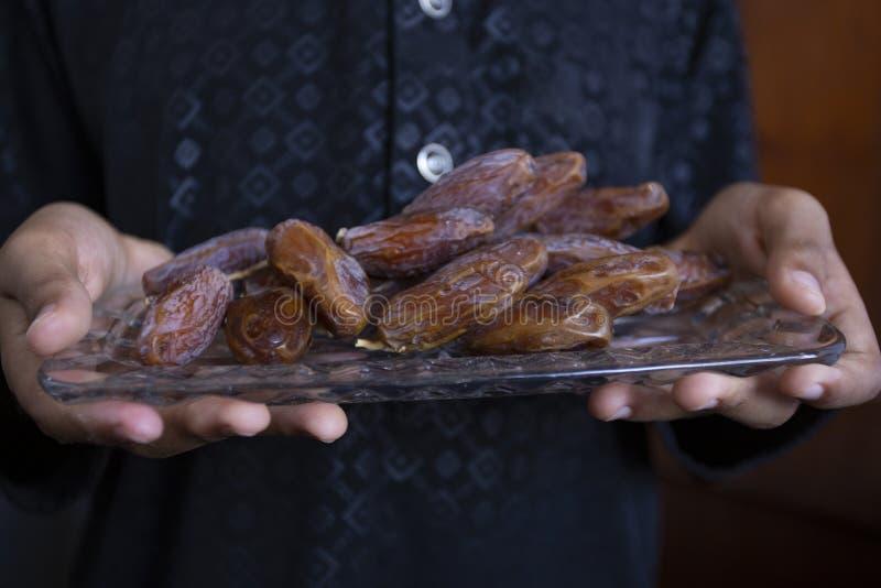 Kareem del Ramadán de la cena de la comida de Ifthar, concepto: Fecha del ayuno islámico, fecha de la fruta puesta en un rosario  fotografía de archivo libre de regalías