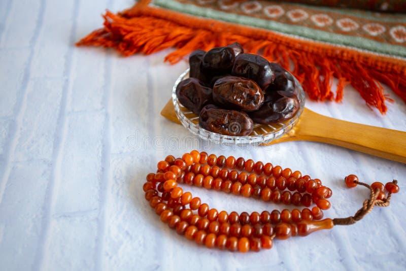 Kareem för Ramadan för mål för Fthar matafton, begrepp: Datum av den islamiska fastan, fruktdatum som förläggas på en vit bakgrun arkivfoto