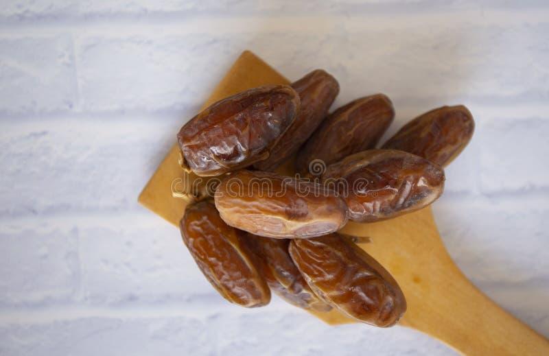 Kareem för Ramadan för mål för Ifthar matafton, begrepp: Datum av den islamiska fastan, fruktdatum som förläggas på en vit bakgru royaltyfri foto