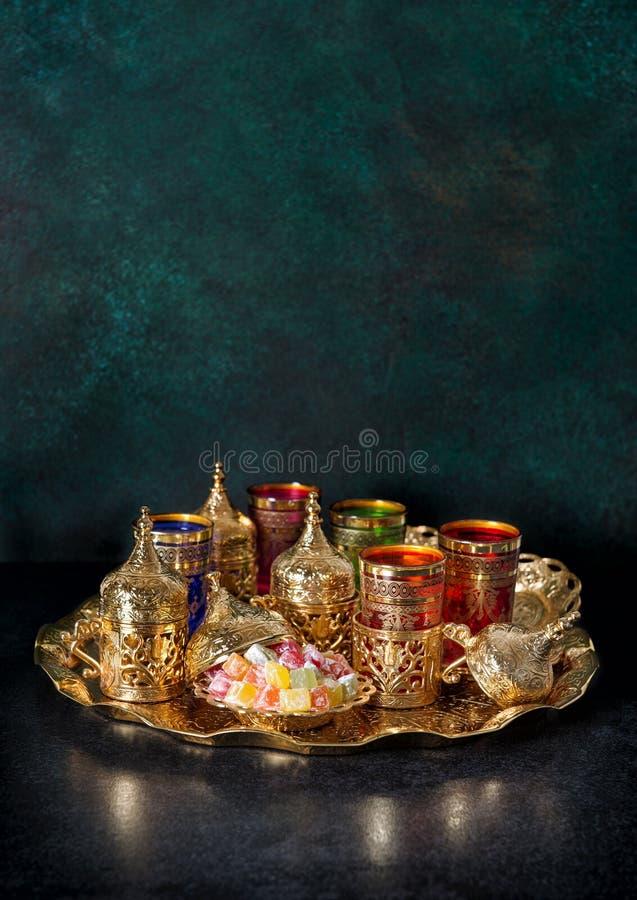 Kareem oriental del Ramadán de la hospitalidad de la decoración de oro de la tabla de té foto de archivo libre de regalías