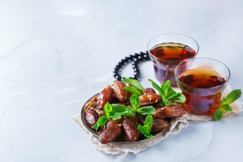 Kareem ramazan del Ramadan Tè arabo tradizionale con la menta ed i datteri fotografie stock libere da diritti