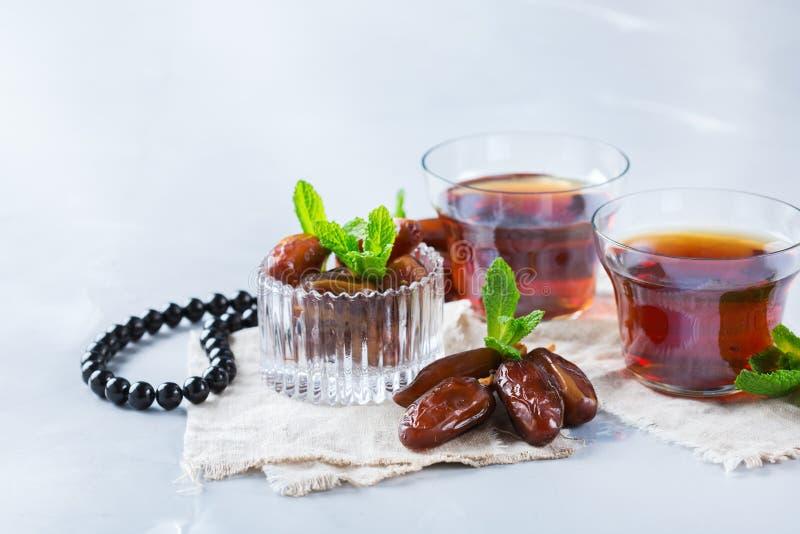 Kareem ramazan del Ramadan Tè arabo tradizionale con la menta ed i datteri fotografia stock libera da diritti