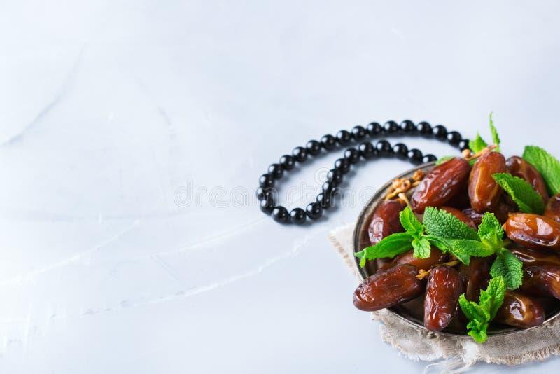 Kareem ramazan del Ramadan Tè arabo tradizionale con la menta ed i datteri immagini stock